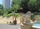 Фото туриста. вид на отель со стороны детской площадки
