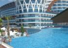 Фото туриста. вид отеля с бассейна с горками