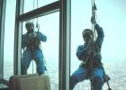 Фото туриста. окна моют