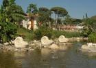 Фото туриста. Вид с фонтана от общего ресторана Enderun на рестораны La Perla и Passion