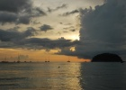 Фото туриста. закат на пляже Ката