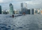 Фото туриста. Мой ребенок смотрит на Сингапур из басейна
