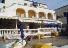 Фото туриста. вид на отель с берега