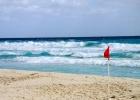 Фото туриста. красный флаг, купаться нельзя