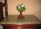 Фото туриста. цветочки на тумбе в номере