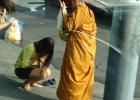 Фото туриста. Девушка делает подношение монаху. Обратите внимание: она перед ним сняла обувь в знак почтения