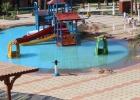 Фото туриста. поливная канализационная вода в детском аквапарке