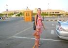 Фото туриста. по пути от отеля к пляжу через магазины