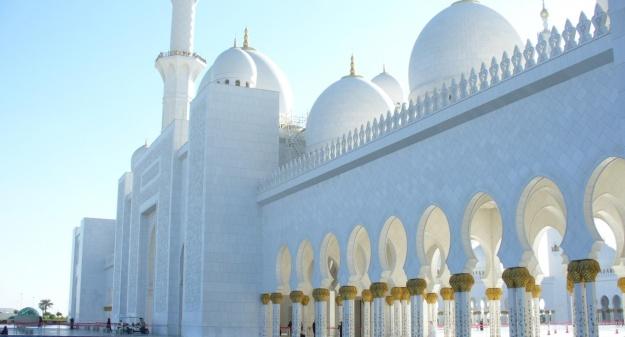 «Мечеть окружают красивые водоёмы, занимающие почти восемь тысяч кв. метров, которые придают ей ещё более живописный вид»