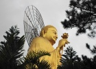 Фото туриста. статуя золотого будды в Далате