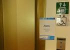 Фото туриста. таблички о неработающих лифтах по всему парому