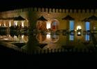 Фото туриста. Вид на внутренний открытый бассеин вечером. Рядом кафе.