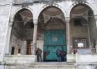 Фото туриста. Вход в Голубую Мечеть. Видна табличка - вход туристам с обратной стороны