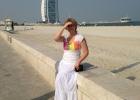 Фото туриста. Позади меня отель Парус