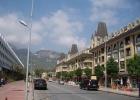 Фото туриста. дорога, отель справа, окна на соседний отель