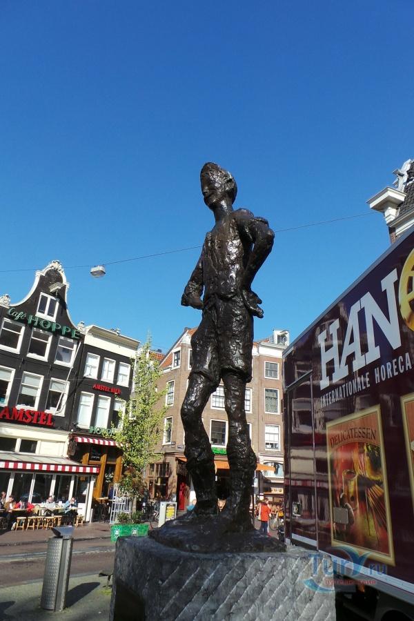 Самый фотографируемый памятник в амстердаме