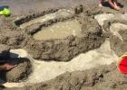 Фото туриста. аниматоры помогали детям строить замки из песка