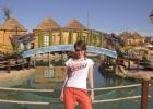 Фото туриста. сзади шале на воде