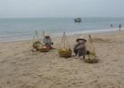 Фото туриста. Торговки с фруктами на пляже