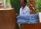 Фото туриста. Тиснувший полотенце бич бой