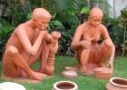 Фото туриста. скульптурная группа на лужайке отеля