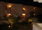 Фото туриста. бунгало в ночной подсветке