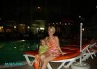 Фото туриста. Вечером на фоне бассейна