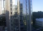 Фото туриста. вид из окна во двор,внизу таджик гремит фрезой