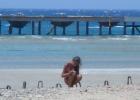 Фото туриста. на пляже около пирса