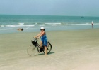 Фото туриста. вдоль берега на велосипеде