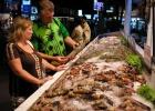 Фото туриста. большой выбор морепродуктов в ресторанчиках