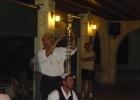 Фото туриста. танец со стаканами на экскурсии