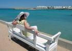 Фото туриста. на скамейке у пляжа