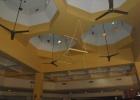 Фото туриста. допотопные вентиляторы в главном баре