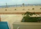 Фото туриста. одинокий пляж с мертвыми пальмами