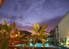 Фото туриста. Вечерний бар у бассейна. На заднем фоне сиреневый закат ))