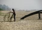 Фото туриста. Пляж Варка, рыбак, лодка.