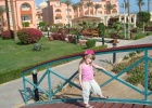 Фото туриста. ребенок на фоне отеля