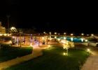 Фото туриста. вид с балкона на кальянную, бассейн и море вечером
