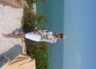 Фото туриста. пляж у море, чуть ниже там галька